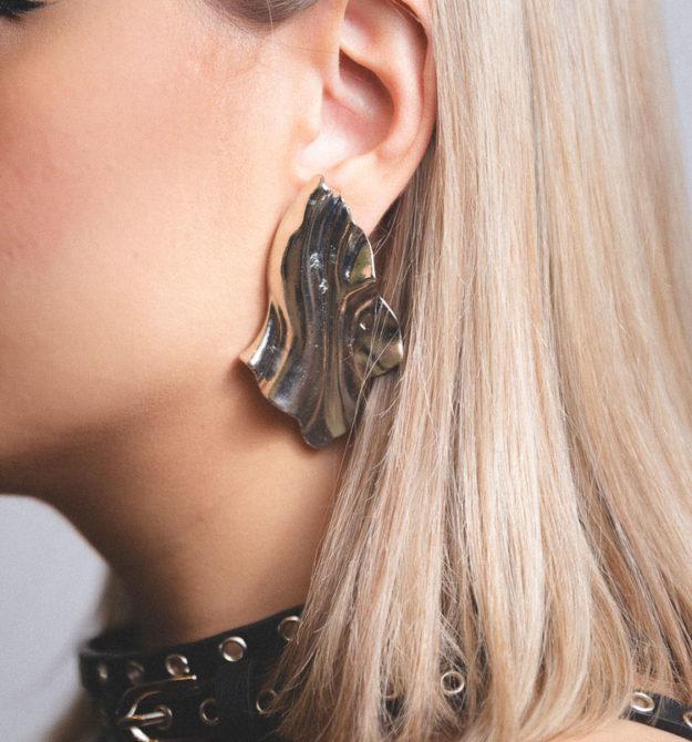 Ασημί ανάγλυφα σκουλαρίκια | R&M atellier.gr