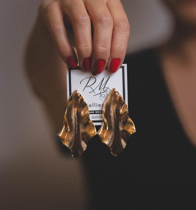 Χρυσά ανάγλυφα σκουλαρίκια | R&M atellier