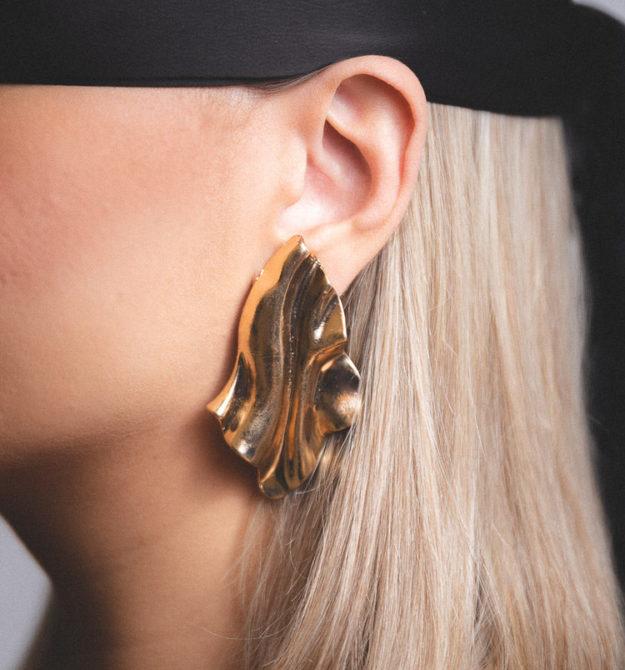 Ανάγλυφα χρυσά σκουλαρίκια | R&M atellier
